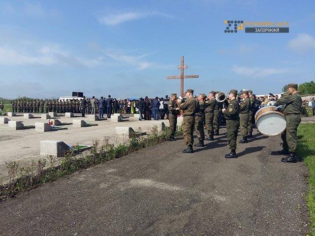 На кладбище под Запорожьем почтили память неизвестных бойцов, погибших  в зоне АТО, фото-5