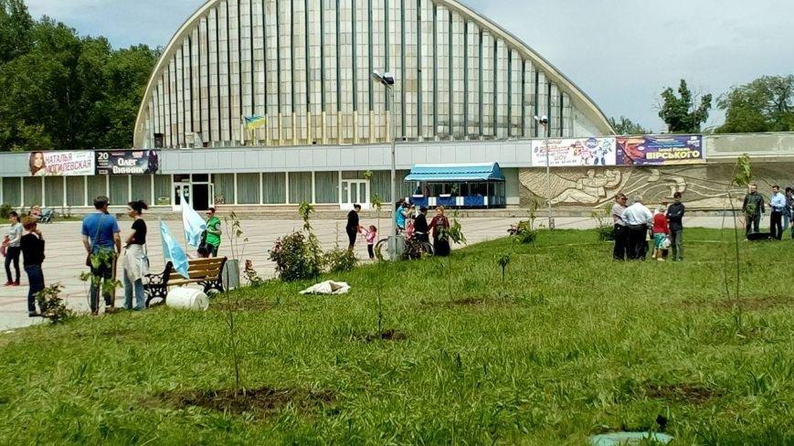 Херсонцы навели порядок в Сквере памяти по погибшим вследствие геноцида крымскотатарского народа в 1944 году (фото), фото-1