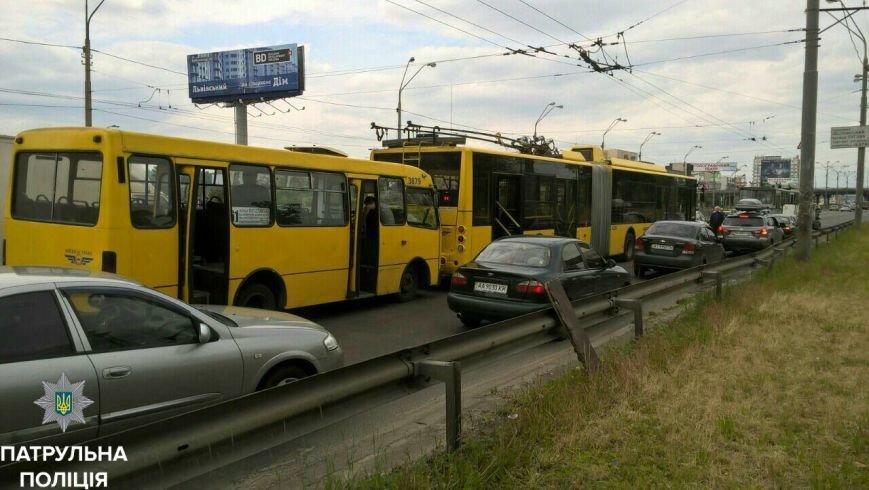 На Московском проспекте в Киеве маршрутка столкнулась с троллейбусом, фото-1