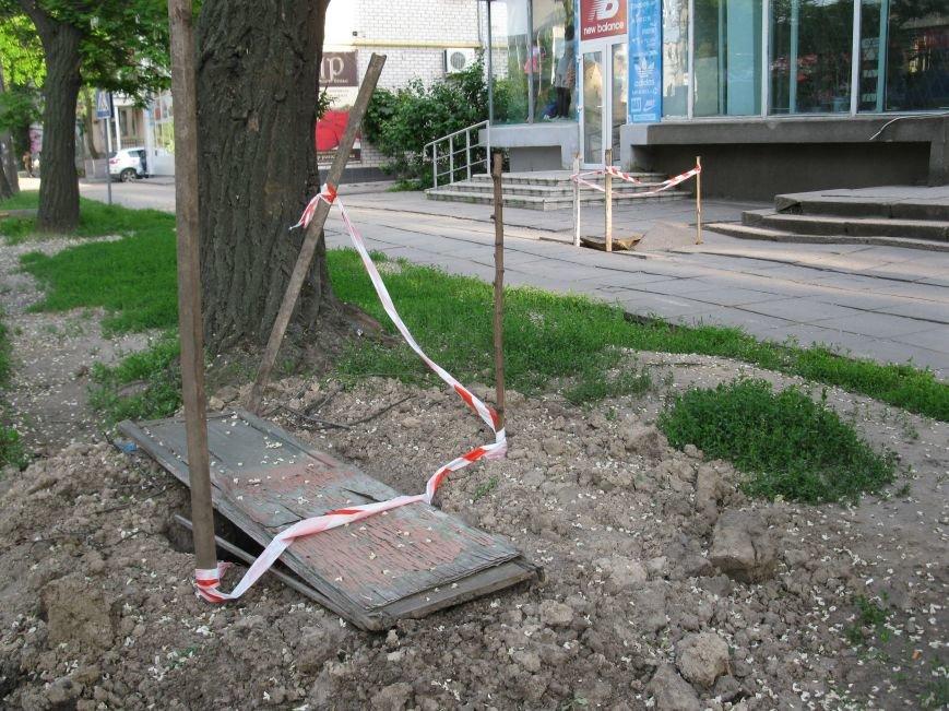 В Мелитополе во время строительных работ на тротуаре образовалась дыра, фото-1