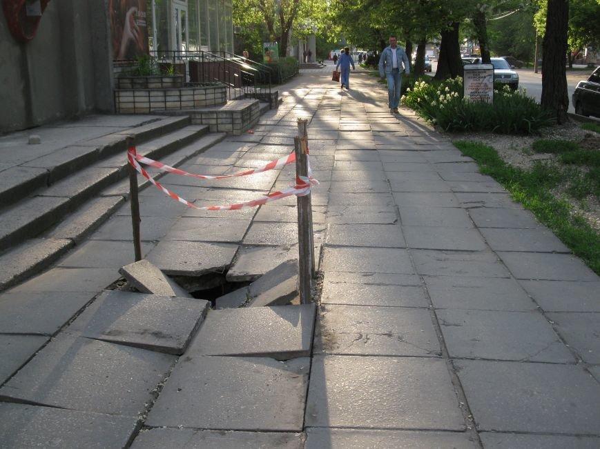 В Мелитополе во время строительных работ на тротуаре образовалась дыра, фото-2