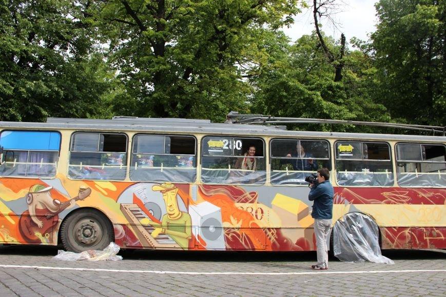 На Соборній площі у Чернівцях з'явився розмальований тролейбус(ФОТО), фото-2