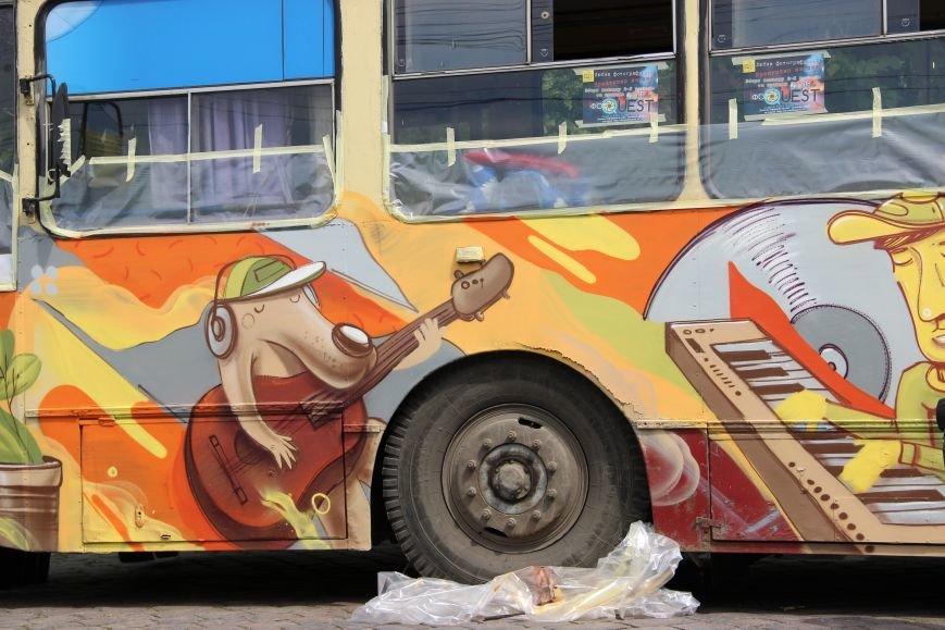 На Соборній площі у Чернівцях з'явився розмальований тролейбус(ФОТО), фото-1