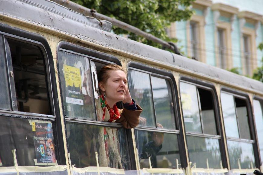На Соборній площі у Чернівцях з'явився розмальований тролейбус(ФОТО), фото-4