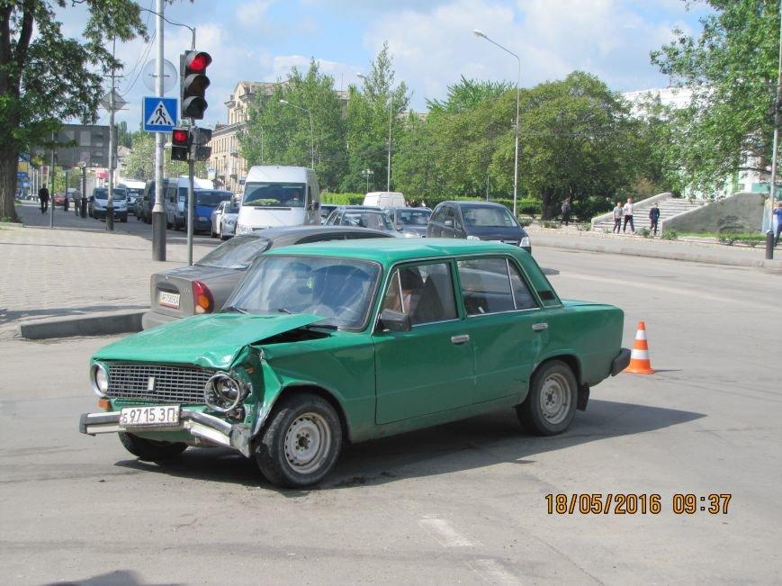 На главном мелитопольском проспекте не разминулись два автомобиля, фото-2