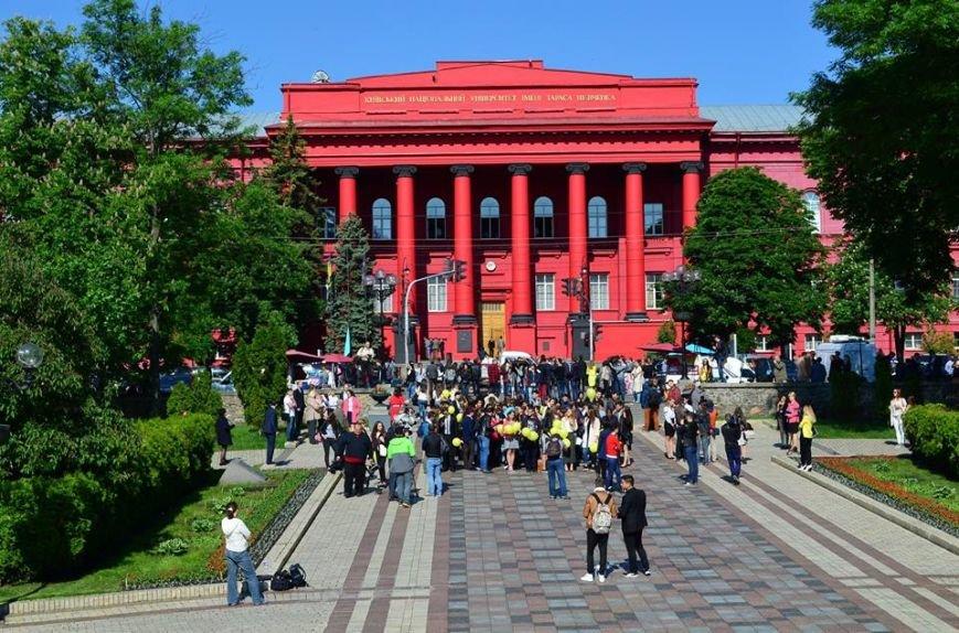 Над зданием красного корпуса университета Шевченко подняли флаг крымских татар (ФОТО), фото-1