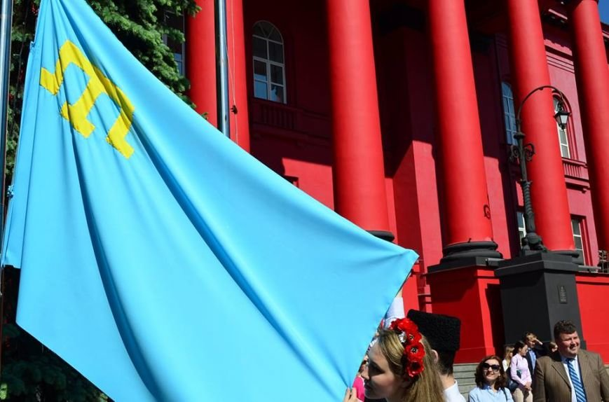 Над зданием красного корпуса университета Шевченко подняли флаг крымских татар (ФОТО), фото-3