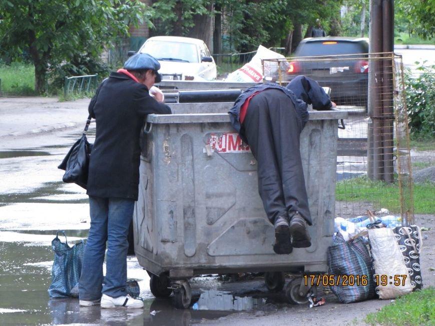 Бездомные и хулиганы катают мусорные баки по дороге, фото-1