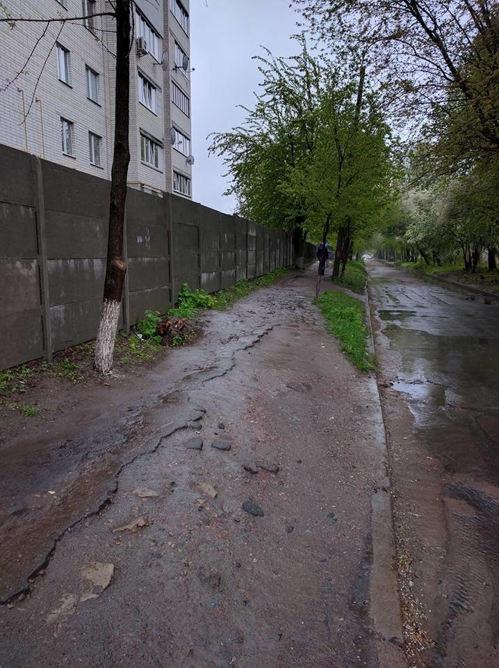 Пешеходам на улице Волковича тротуар не нужен. Так считают черниговские коммунальщики, фото-1