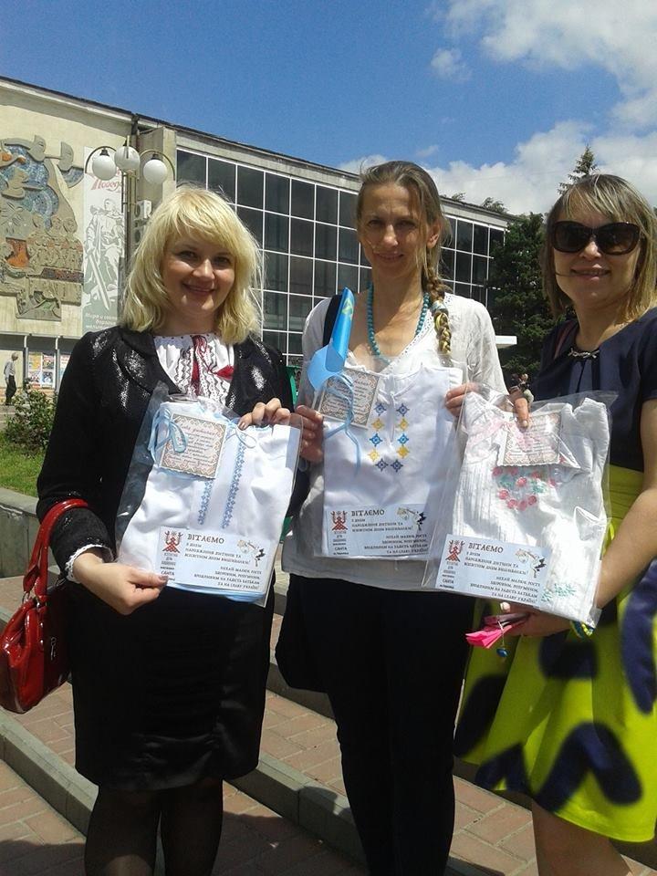 Жители Донецкой области получили от мелитопольцев в подарок вышиванки и книги, фото-1
