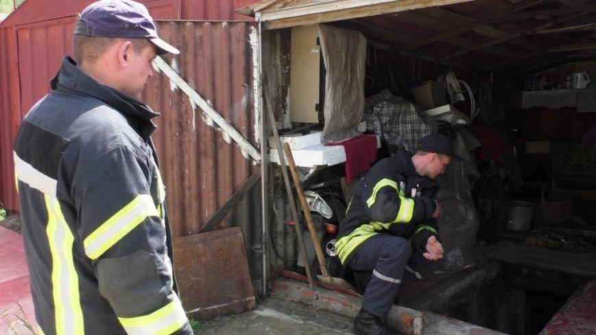 80-летний дедушка из Чернигова провалился в автомобильную яму в своем гараже, фото-2