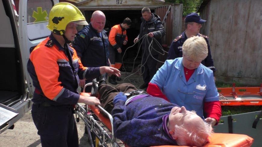 80-летний дедушка из Чернигова провалился в автомобильную яму в своем гараже, фото-1