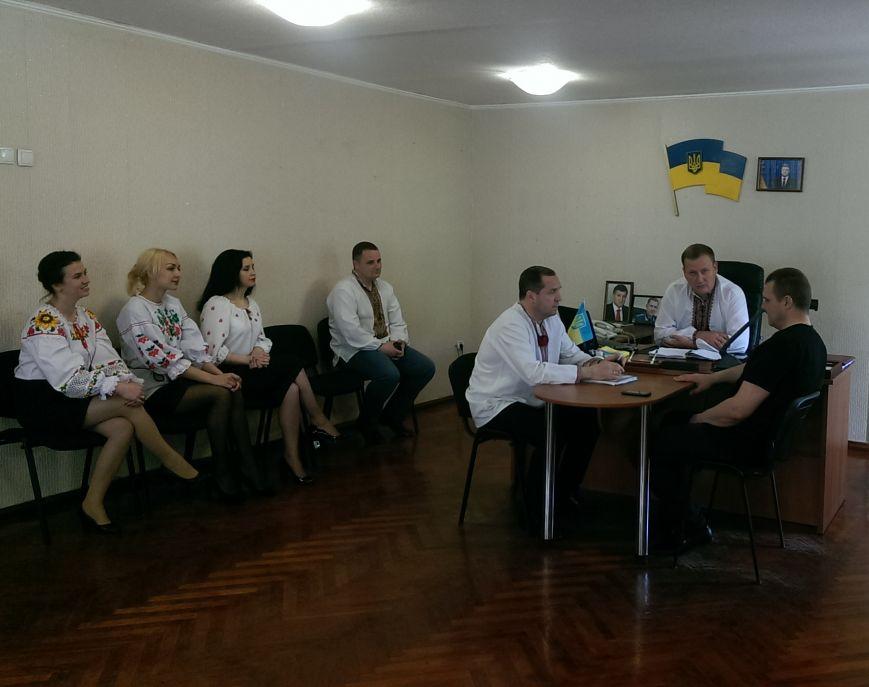 Добропольские полицейские пришли на работу в вышиванках, фото-1