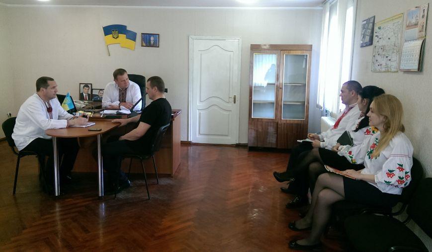 Добропольские полицейские пришли на работу в вышиванках, фото-2
