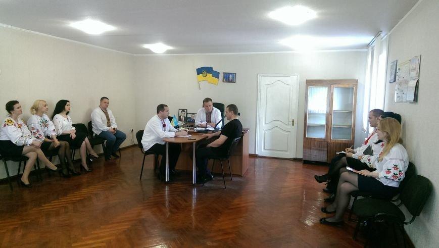 Добропольские полицейские пришли на работу в вышиванках, фото-3