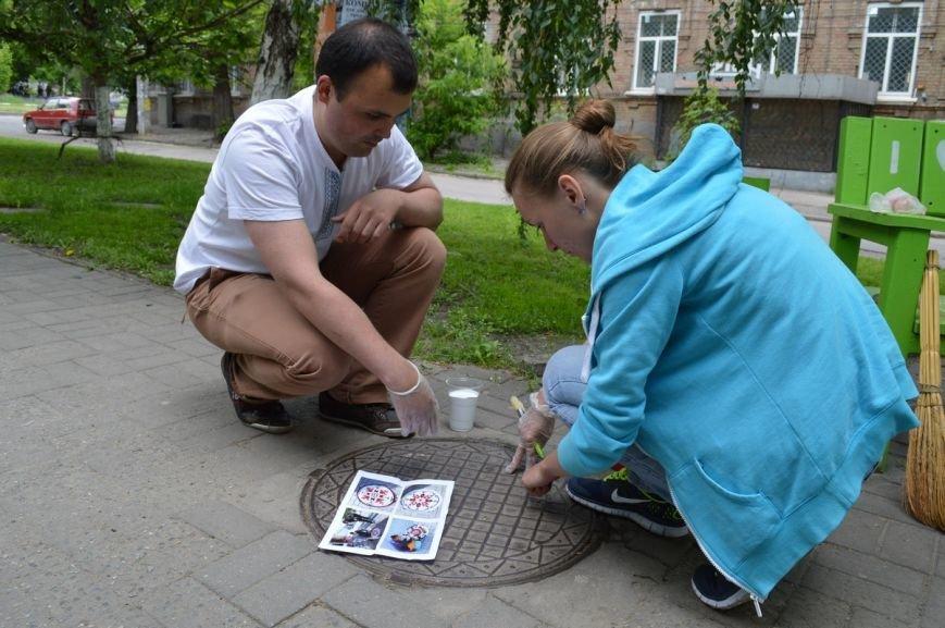 """В Запорожье канализационные люки """"одевают"""" в вышиванки (ФОТО, ВИДЕО), фото-1"""