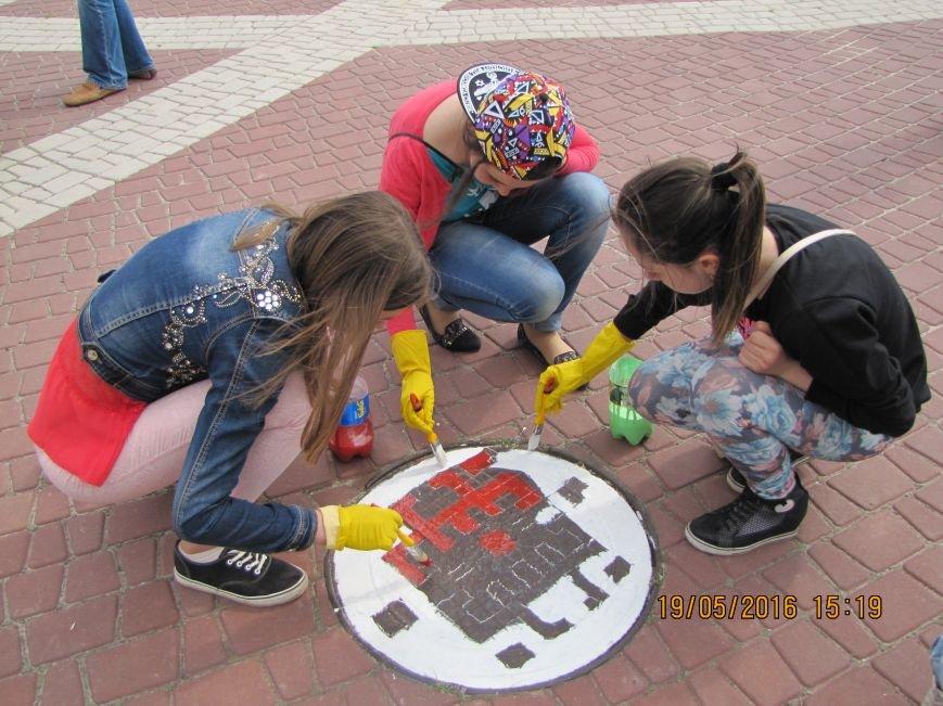 Мелитопольские школьники украсили главную площадь украинскими орнаментами, фото-6