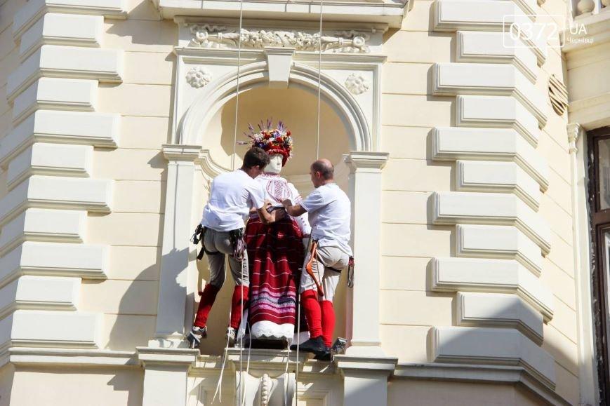 Хоровод вишиванок та переберія статуї Європи - Як Чернівці святкували традиційний день Вишиванки, фото-9