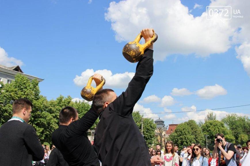 Хоровод вишиванок та переберія статуї Європи - Як Чернівці святкували традиційний день Вишиванки, фото-2