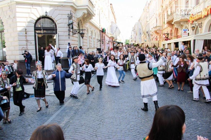 Хоровод вишиванок та переберія статуї Європи - Як Чернівці святкували традиційний день Вишиванки, фото-8