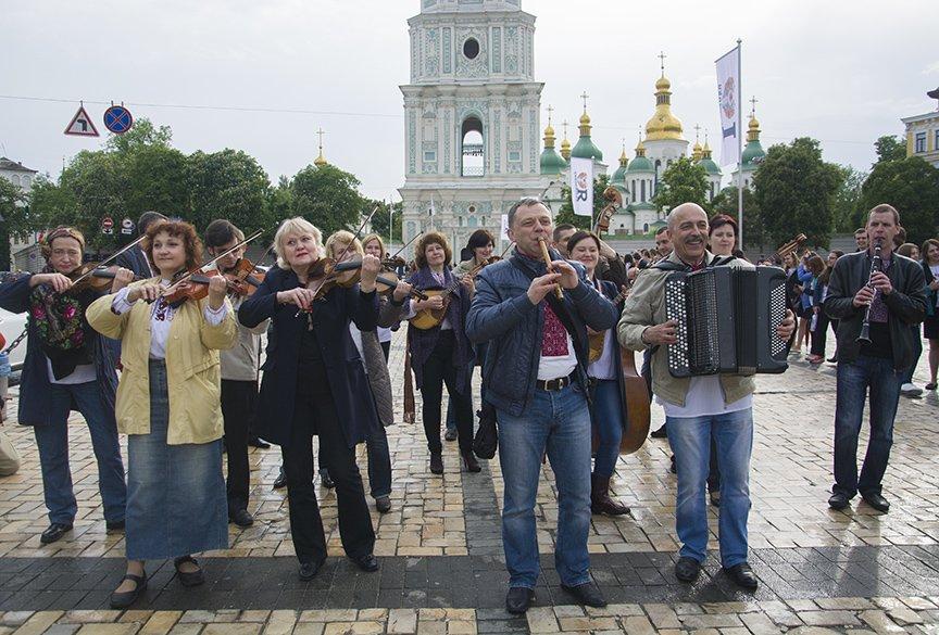 День вышиванки в Киеве: живая цепь объединила две колокольни (ФОТОРЕПОРТАЖ), фото-2