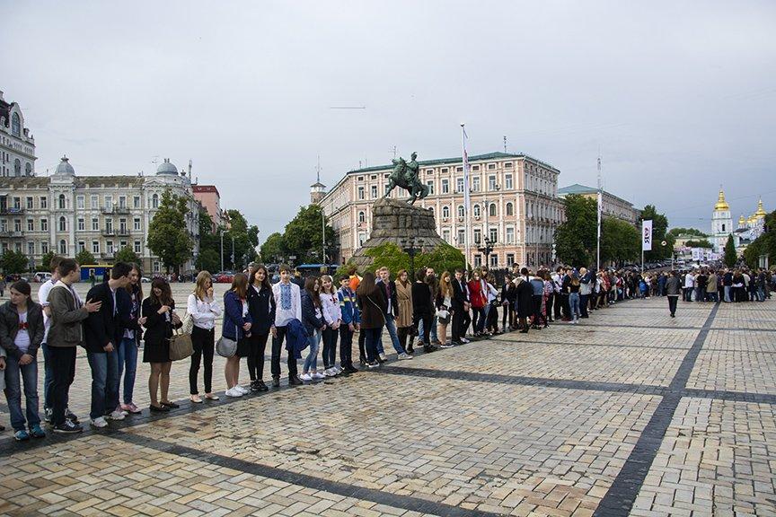 День вышиванки в Киеве: живая цепь объединила две колокольни (ФОТОРЕПОРТАЖ), фото-1