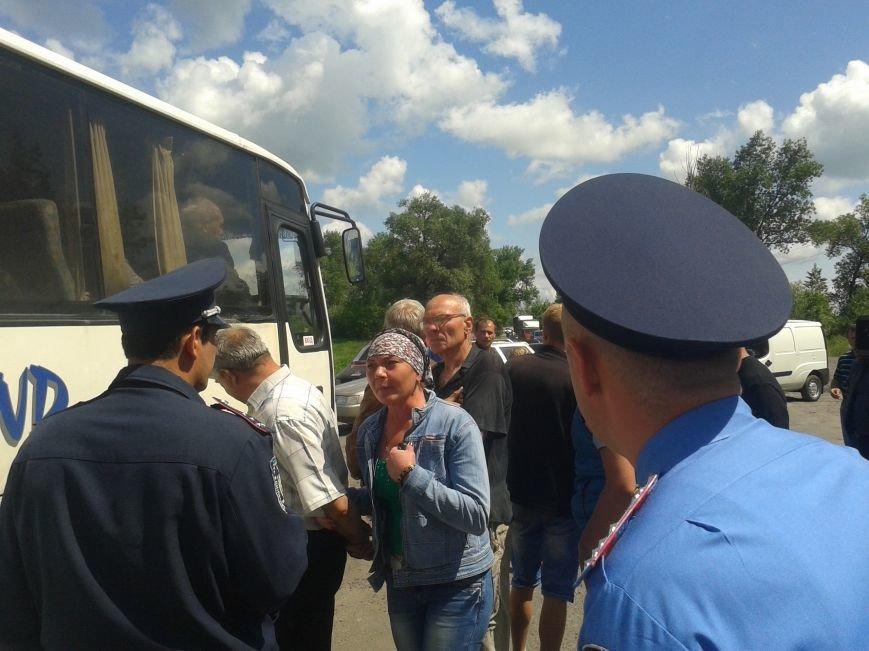 Жители Богдановки перекрыли дорогу: требовали ее ремонта, фото-3