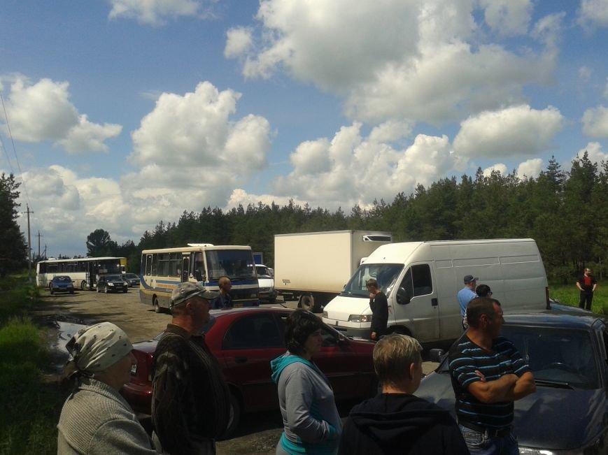 Жители Богдановки перекрыли дорогу: требовали ее ремонта, фото-1