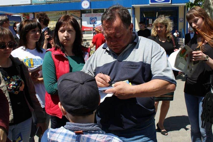 В Херсоне на улице Суворова народный артист Украины раздавал автографы и со всеми фотографировался, фото-2