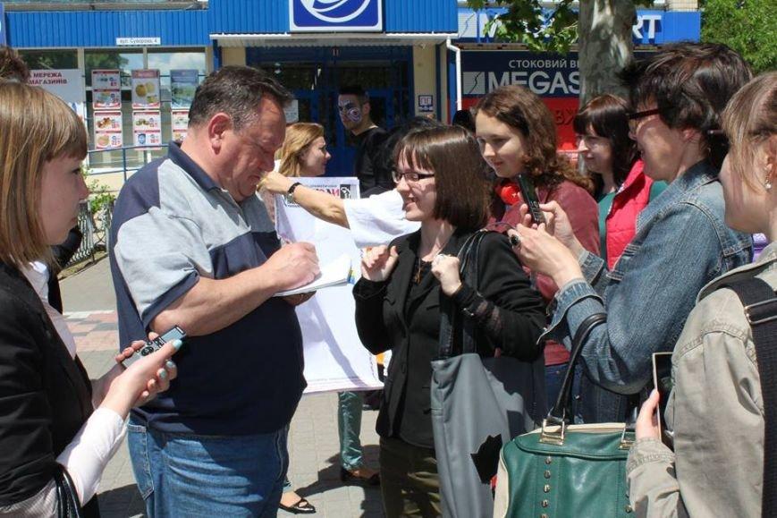 В Херсоне на улице Суворова народный артист Украины раздавал автографы и со всеми фотографировался, фото-1