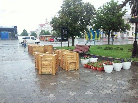 На Аллее героев в Чернигове установили лавочки-клумбы, фото-13