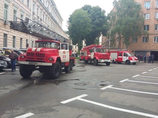 В Киеве во время пожара в управлении полиции эвакуировали 16 человек (ФОТО), фото-1