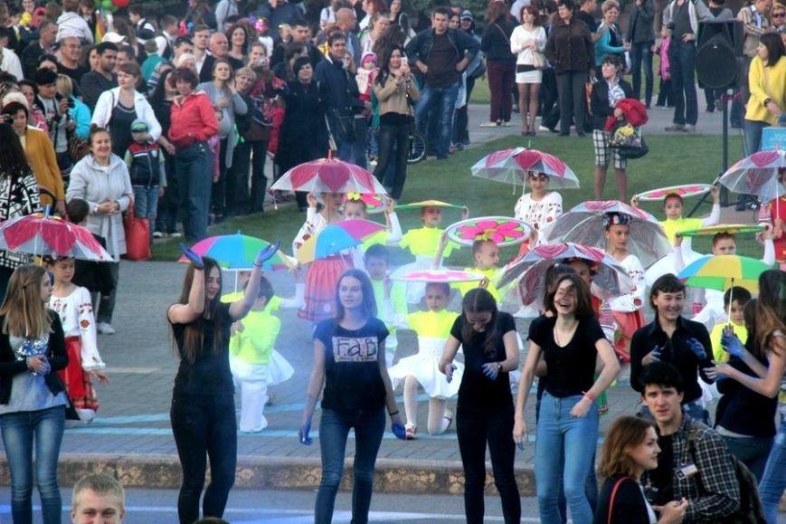 "Вчера в центре Херсона красками холи в воздухе ""нарисовали"" флаг Украины, фото-1"