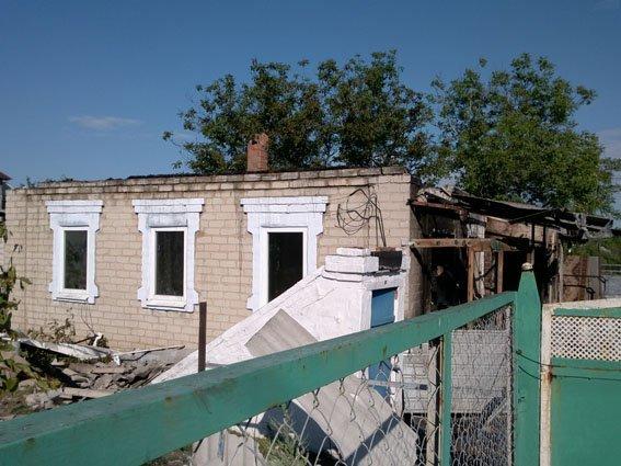 В результате обстрела террористами Авдеевки ранена женщина, сгорел дом (ФОТО), фото-1