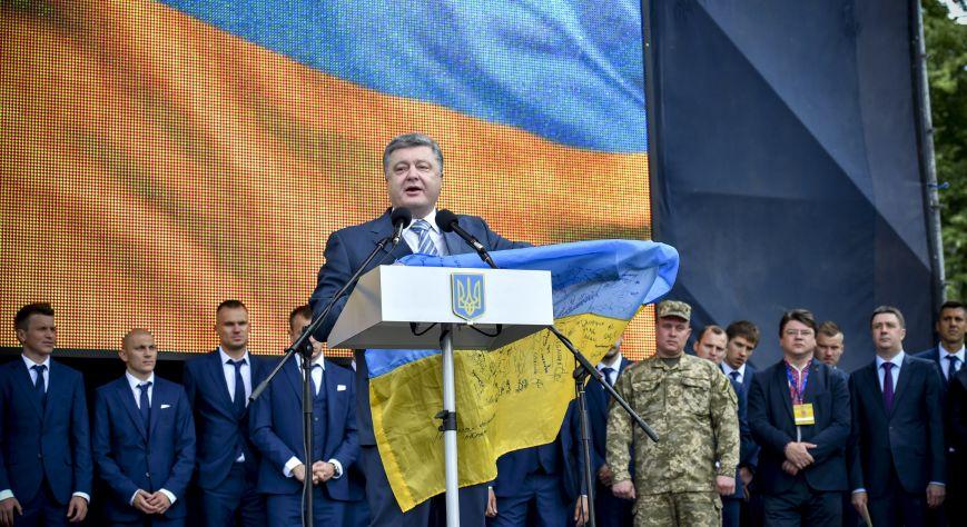 Порошенко: У нас есть все возможности в ближайшее время петь украинский гимн в Донецке под желто-голубыми цветами, фото-1