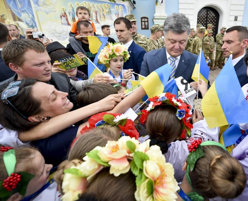 Порошенко: У нас есть все возможности в ближайшее время петь украинский гимн в Донецке под желто-голубыми цветами, фото-4