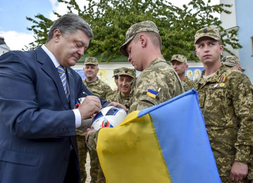 Порошенко: У нас есть все возможности в ближайшее время петь украинский гимн в Донецке под желто-голубыми цветами, фото-3
