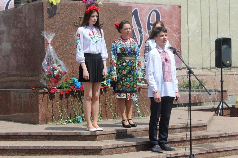 У Чернівцях відбулось покладання квітів з нагоди 155-тої річниці з дня перепоховання Тараса Шевченка, фото-1