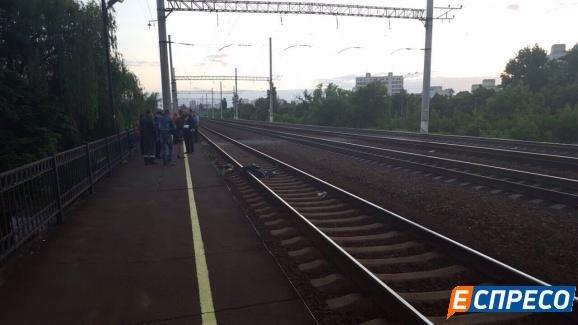 В Киеве поезд переехал девушку, фото-1