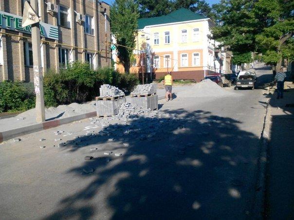 Кому помешала тротуарная плитка на дороге?, фото-1