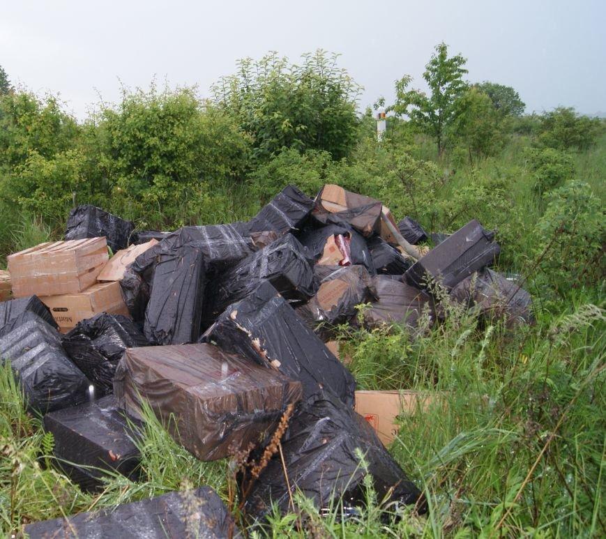 Буковинські  прикордонники затримали п'ятьох осіб, що намагалися перевезти 60 пакунків сигарет, фото-1
