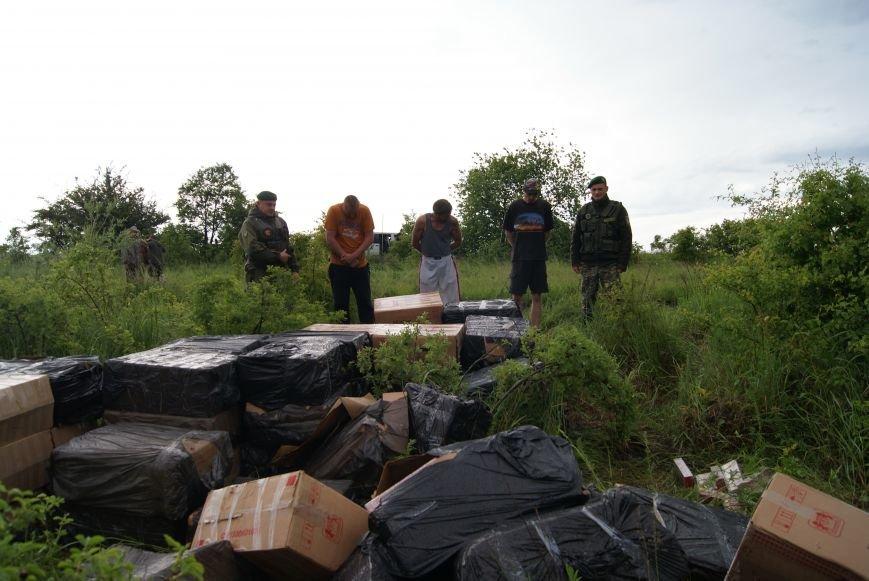 Буковинські  прикордонники затримали п'ятьох осіб, що намагалися перевезти 60 пакунків сигарет, фото-2