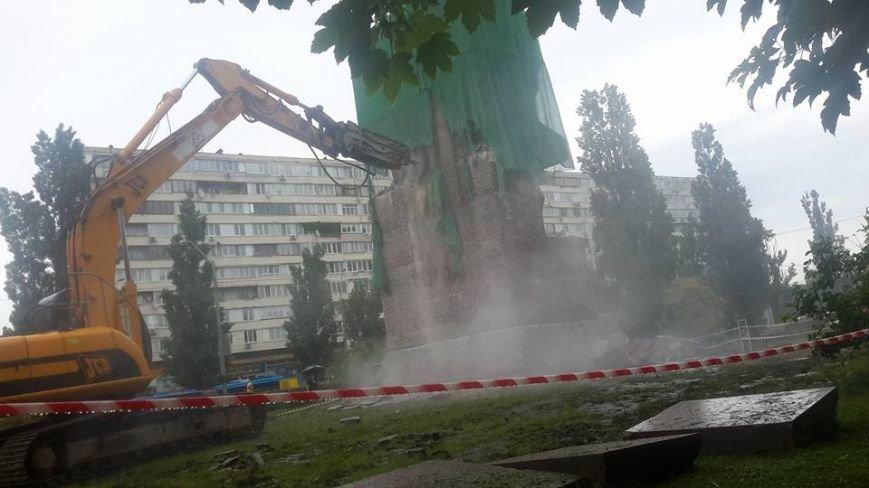 В Киеве начали снос памятника чекистам (ФОТОФАКТ), фото-1