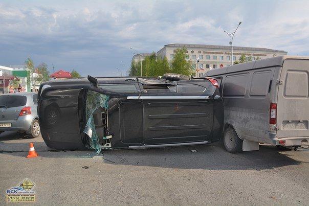 В Нижневартовске  на перекрестке Ленина - Кузоваткина произошло ДТП с участием трех автомобилей, фото-3