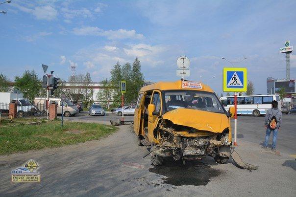 В Нижневартовске  на перекрестке Ленина - Кузоваткина произошло ДТП с участием трех автомобилей, фото-5