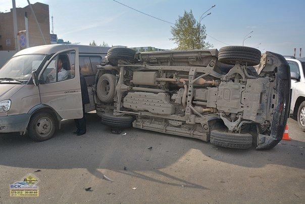В Нижневартовске  на перекрестке Ленина - Кузоваткина произошло ДТП с участием трех автомобилей, фото-2