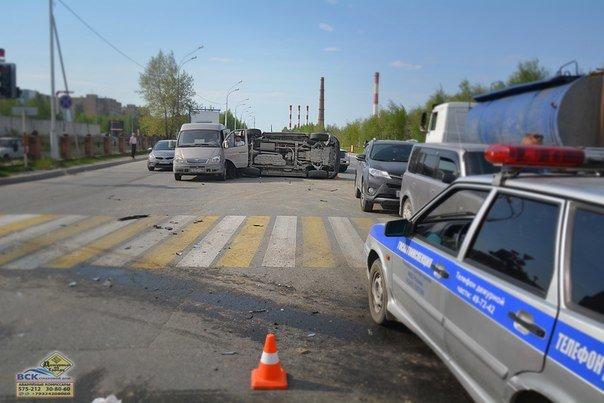 В Нижневартовске  на перекрестке Ленина - Кузоваткина произошло ДТП с участием трех автомобилей, фото-1
