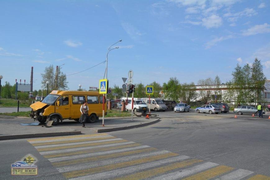 В Нижневартовске  на перекрестке Ленина - Кузоваткина произошло ДТП с участием трех автомобилей, фото-6
