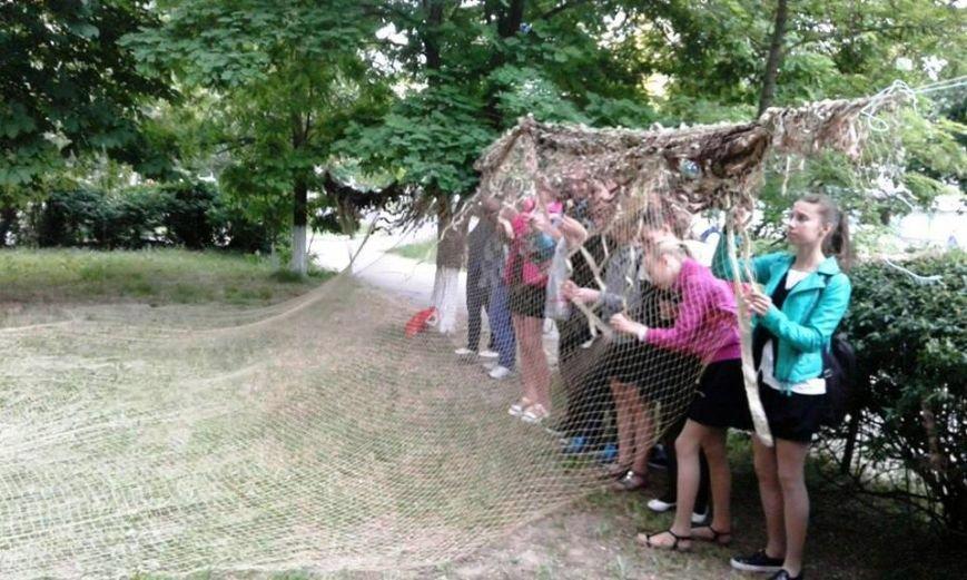 Коллектив и читатели херсонской библиотеки готовятся к фестивалю молодежного чтения и плетут маскировочные сети (фото), фото-1