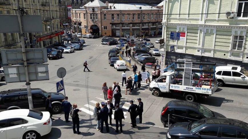 На Бессарабке местные жители перекрыли улицу, фото-3